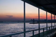 Visión desde la nave en puesta del sol colorida espectacular en el Bosphorus Estambul, Turquía foto de archivo