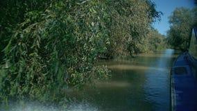 Visi?n desde la navegaci?n del barco cerca de las ca?as en el delta del r?o Danubio en la ciudad de Vilkovo, Ucrania almacen de metraje de vídeo
