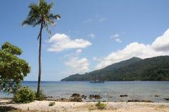 Visión desde la orilla de la isla del Pacífico Foto de archivo libre de regalías