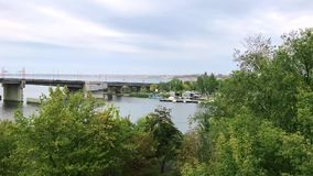 Visión desde la orilla del puente levadizo de Ingulsky en la ciudad de Nikolaev, Ucrania, día del otoño almacen de metraje de vídeo