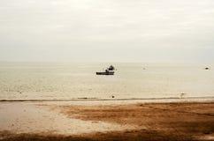 Visión desde la orilla en los barcos de pesca en el océano, nublado hermoso Imagen de archivo libre de regalías