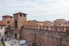 Visión desde la pared de la fortaleza al castillo de Castelvecchio Foto de archivo libre de regalías