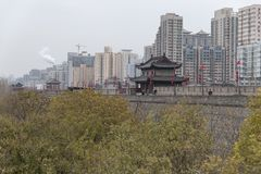 Visión desde la pared de Xi'an con un edificio chino tradicional y en el fondo de los edificios contemporáneos en el este fotos de archivo libres de regalías