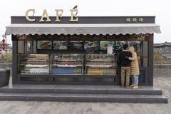 Visión desde la pared de Xi'an, de un café y de un par - Imagen de la ciudad foto de archivo