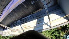 Visión desde la parte inferior de la línea del silo de la máquina segadora, 4k almacen de video