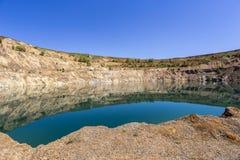 Visión desde la parte inferior de un hoyo de la explotación minera Imagen de archivo libre de regalías