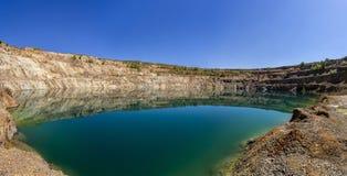 Visión desde la parte inferior de un hoyo de la explotación minera Fotografía de archivo