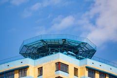 Visión desde la parte inferior en el helipuerto en el tejado imágenes de archivo libres de regalías