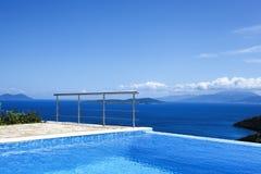 Visión desde la piscina al mar Imagenes de archivo