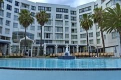 Visión desde la piscina a la construcción de los hoteles del presidente del hotel del Protea fotografía de archivo