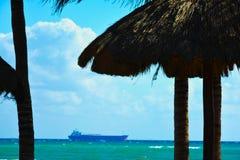 Visión desde la playa al buque de carga imagen de archivo