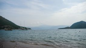 Visión desde la playa en Marmaris a la bahía con las montañas metrajes