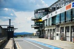 Visión desde la pole position en una pista Imagenes de archivo