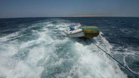 Visión desde la popa a bordo de un yate de lujo del motor a través del océano tropical almacen de video