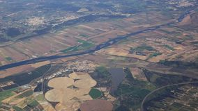 Visión desde la porta del aeroplano en el río Tejo, salida de Lisboa almacen de video