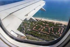 Visión desde la porta del ala del aeroplano fotografía de archivo