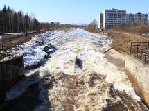 Visión desde la presa en el río Barga Zelenogorsk Imagen de archivo libre de regalías