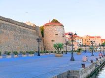 Visión desde la 'promenade' a la ciudad y las paredes de la ciudad en Alghero, Cerdeña Imágenes de archivo libres de regalías
