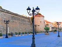 Visión desde la 'promenade' a la ciudad y las paredes de la ciudad en Alghero, Cerdeña, Italia Foto de archivo