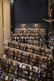 Visión desde la segunda planta en la librería pasada foto de archivo
