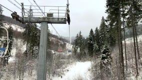 Visión desde la silla a la elevación de silla en una estación de esquí en invierno almacen de video