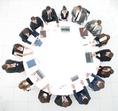 Visión desde la tapa reunión de los accionistas de la compañía en la mesa redonda fotografía de archivo libre de regalías