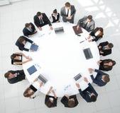 Visión desde la tapa reunión de los accionistas de la compañía en la mesa redonda Foto de archivo
