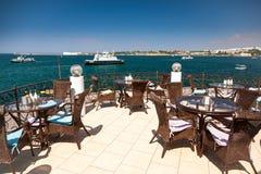 Visión desde la terraza del café en el mar Foto de archivo libre de regalías