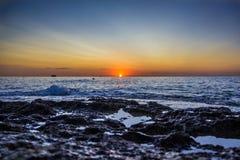 Visión desde la tierra en salida del sol en el mar Imagen de archivo libre de regalías