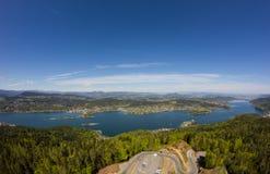 Visión desde la torre de observación Pyramidenkogel al lago Woerth Fotografía de archivo