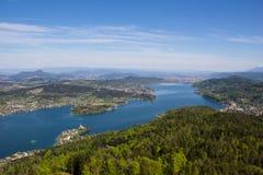 Visión desde la torre de observación Pyramidenkogel al lago Woerth Imagen de archivo libre de regalías