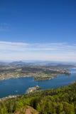 Visión desde la torre de observación Pyramidenkogel al lago Woerth Foto de archivo libre de regalías