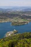 Visión desde la torre de observación Pyramidenkogel al lago Woerth Imagenes de archivo