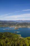 Visión desde la torre de observación Pyramidenkogel al lago Woerth Imágenes de archivo libres de regalías