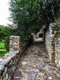 Visión desde la trayectoria de la piedra del adoquín en el castillo del anfiteatro Fotografía de archivo