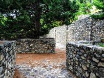 Visión desde la trayectoria de la piedra del adoquín en el castillo del anfiteatro Foto de archivo libre de regalías