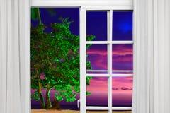 Visión desde la ventana abierta de la puesta del sol del Caribe imagen de archivo