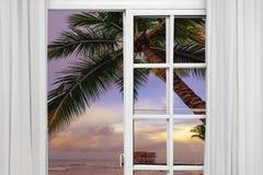 Visión desde la ventana abierta de la puesta del sol del Caribe Imagen de archivo libre de regalías