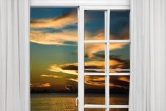 Visión desde la ventana abierta de la puesta del sol del Caribe Fotografía de archivo