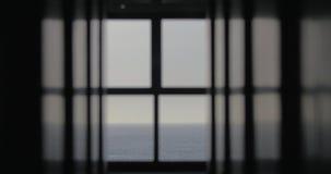 Visión desde la ventana al mar sin fin azul almacen de video