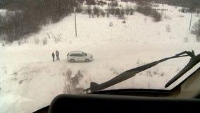 Visión desde la ventana de la ambulancia aérea del helicóptero en invierno almacen de metraje de vídeo