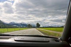 Visión desde la ventana de coche a las montañas imagen de archivo libre de regalías