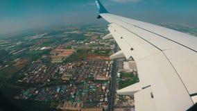 Visión desde la ventana de Jet Airplane que vuela bajo sobre la ciudad almacen de metraje de vídeo
