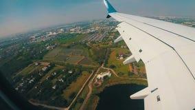 Visión desde la ventana de Jet Airplane que vuela bajo sobre la ciudad almacen de video