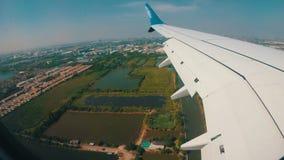 Visión desde la ventana de Jet Plane en el paisaje de la ciudad de Bangkok almacen de video