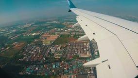 Visión desde la ventana de Jet Plane en el paisaje de la ciudad de Bangkok almacen de metraje de vídeo