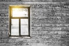 Visión desde la ventana de la casa abandonada vieja Fotos de archivo