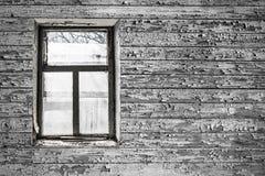 Visión desde la ventana de la casa abandonada vieja Foto de archivo