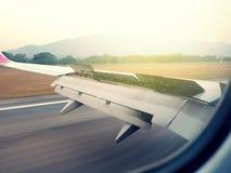 Visión desde la ventana de los aviones con el ala del aeroplano durante el aterrizaje en el aeropuerto Fotos de archivo