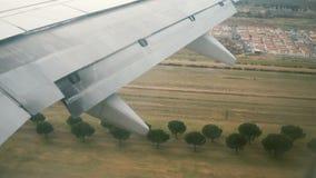Visión desde la ventana del aeroplano al ala del avión El avión aterriza en el aeropuerto en Italia a la pista metrajes